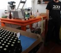 تومر رونين عامل في مصنع الجعة في النقب (بعدسة ربيكا مكينزي/ طاقم تايمز أوف اسرائيل )