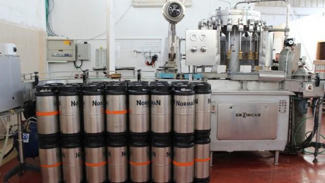 اللآلة الالمانية لصنع البيرة منذ 44 عام في مصنع البيرة في النقب (بعدسة ربيكا مكنزي/ طاقم تايمز أوف اسرائيل )