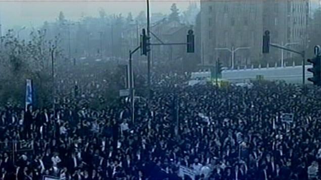 مئات الآلاف من الحاريديم في مظاهرة ضد التجنيد الاجباري بالقدس الاحد (من شاشة القناة الثانية)