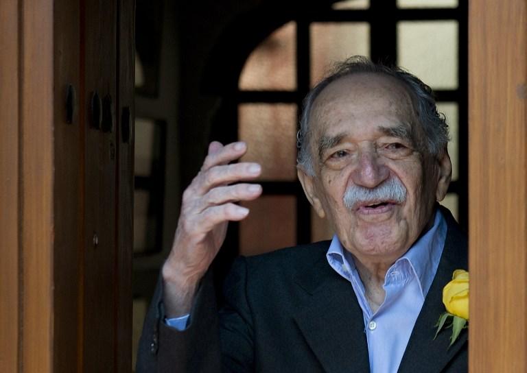 الحائز على جائزة نوبل الأدب الكاتب والصحفي، الكولومبي غابرييل غارسيا ماركيز،  أثناء خروجه من منزله لتلبية طلب الصحافة خلال عيد ميلاده 87، في مكسيكو سيتي، في 6 مارس 2014. توفي غارسيا ماركيز في 17 نيسان، عام 2014 في المكسيك في سن ال 87، وفقا لوسائل الاعلام المحلية. AFP PHOTO / يوري كورتيز