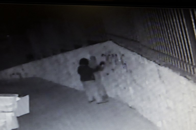 """صورة من شاشة كتميرات المراقبة تمسك الجاني متلبس في الهجوم العنصري في أم الفحام  18 أبريل 2014 حيث ترك المخربين الكتابة المعادية للعرب على جدران المسجد بين عشية وضحاها وحرقوا باب المبنى. الحادث هو الاحدث في سلسلة من الهجمات العنصرية والدينية """"دفع الثمن"""" على مدى الأسابيع القليلة الماضية. رسمت عبارة """"العرب خارج"""" باللغة العبرية. AFP PHOTO"""