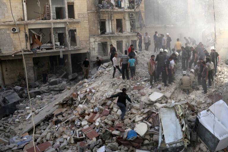 الناس تفقد الانقاض بعد انهيار مبنى بعد قصف من قبل قوات الحكومة السورية في حي مواصلات من مدينة حلب الشمالية السورية في 27 أبريل عام 2014. AFP PHOTO / ALEPPO MEDIA CENTRE / ZEIN AL RIFAI
