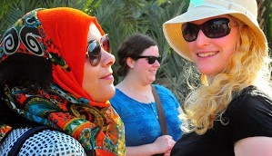 حديث عابر بين اسرائيلية وفلسطينية خلال التجول 4 ابريل 2014  (photo credit: copyright/Bruce Shaffer)