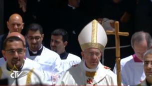 البابا فرانسيس في لباس الحبر الاعظم الكامل يدخل ساحة القداس في بيت لحم(screen capture: CTV)