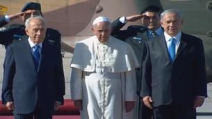 رئيس الوزرا مع رئي الدولة يرافقان البابا اثناء مراسيم استقباله في اسرائيل  (screen capture: GPO)