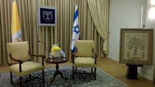 الغرفة التي سيلتقي بها الرئيس بيريز بقداسة البابا فرانسيس, على اليمين لوحة من الفسيفساء التي صنعها اطفال من الجليل (حابيب ريتينج جور/ طاقم تايمز أوف اسرائيل)