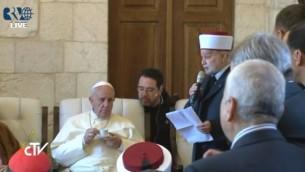 قداسة البابا يستمع الى كلمة المفتي  (screen capture: Vatican TV)