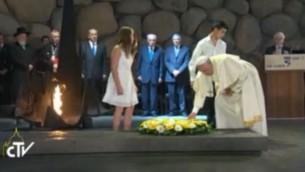 البابا فرانسيس يضع اكليل من الزهور في متحف ذكرى ضحايا المحرقة ياد فاشيم  (Screen capture: Vatican TV)