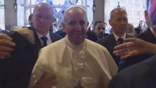 البابا يبتسم عند دخوله الكنيسة في بستان الزيتون  (screen capture: GPO)