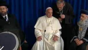 البابا فرانسيس يجلس بين الحاخامان يتسحاق يوسف (يمين) ودافيد لاو يسار (Screen capture: Vatican TV)