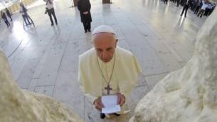 قداسة البابا فرانسيس يتلو صلاة امام حائط المبكة وبيده الرسالة التي وضعها في الحائط 26 مايو 2014 ( Kobi Gideon/GPO/Flash90)