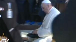 قداسة البابا يرتدي حذائه من جديد بعد خروجه من الحرم (Screen capture: Vatican TV)