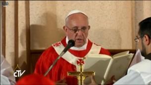 البابا فرانسيس يصلي في غرفة العشاء الاخير  (Screen capture: Vatican TV)