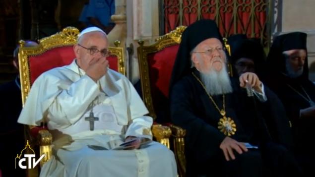 البابا فرانسيس مع الباطريارك برثولميو في كنيسة القيامة  (screen capture: GPO)