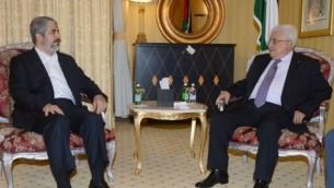رئيس السلطة الفلسطينية محمود عباس يلتقي قائد حماس اسماعيل هنية في الدوحة، 5 مايو 2014 (AFP/ PPO/THAER GHANAIM)