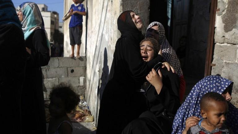 تشييع جنازة أربعة أولاد، وجميعهم من عائلة بكر،  في مدينة غزة، في 16 يوليو  2014. وقتل أربعة أطفال قتلوا وجرح عدة في الشاطئ في مدينة غزة وقد تكون الضربات نتيجة لقصف من قبل البحرية الإسرائيلية AFP PHOTO / MOHAMMED ABED