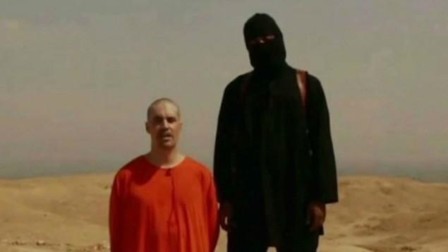 الصحافي الاميركي جيمس فولي، وهو راكع  في شريط فيديو صادر عن الدولة الإسلامية  (screen capture: YouTube/News of the World)