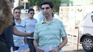 سيمحا غولدين والد الجندي المفقود هادار غولدين يتحدث الى الصحافة خارج بيته في كفار سابا 1 أغسطس 2014 (Flash90)