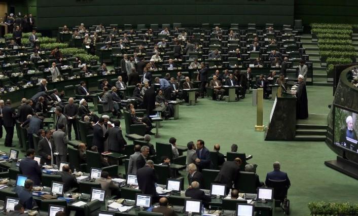 الرئيس الايراني حسن روحاني (R) يتحدث خلال جلسة البرلمان في طهران في 18 نوفمبر 2014  AFP PHOTO/ATTA KENARE