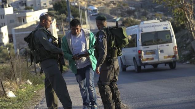 شرطة الحدود تطلب اوراق الهوية من فلسطيني عند نقطة التفتيش في مدخل حي جبل المكبر 19 نوفمبر 2014  (فلاش 90)