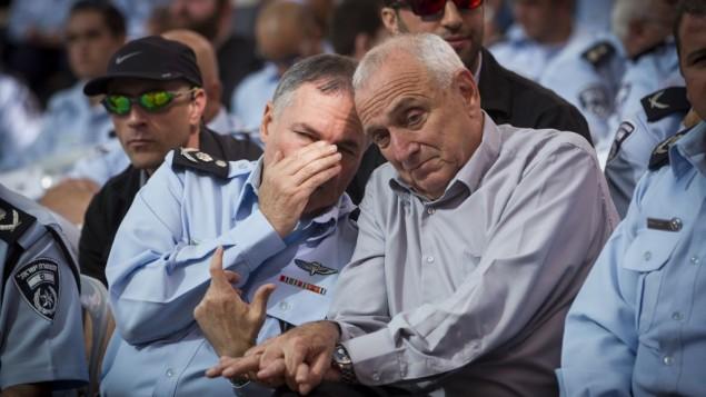 يوحنان دانينو قائد الشرطة، يهمس في أذن وزير الأمن الداخلي يتسحاق أهارونوفيتش يوم الخميس 13 نوفمبر 2014  Miriam Alster/Flash90