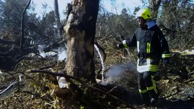 رجل اطفاء فلسطيني خلال جهود اخماد حريق الكرمل  Courtesy/Firelines
