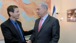 رئيس المعارضة يتسحاق هرتسوغ يصافح رئيس الوزراء بنيامين نتنياهو (Kobi Gideon/Flash90)