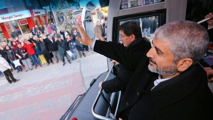صورة مقدمة من المكتب الصحفي رئيس الوزراء التركي  27 ديسمبر 2014، القيادي في حركة حماس خالد مشعل (R) ورئيس الوزراء التركي أحمد داود أوغلو خلال جولة في المدينة كونيا بوسط الأناضول.AFP PHOTO / HO / PM OFFICE / HAKAN GOKTEPE
