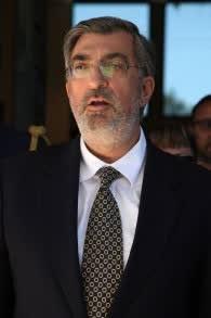 السفير اليوناني في اسرائيل سبيردون لامبريديس ينشد النشيد الوطني الإسرائيلي بعد تقديم نفسه للرئيس آنذاك شمعون بيريس في القدس، 28 مايو 2013 ( Isaac Harari/Flash90)