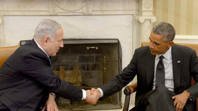 الرئيس الأمريكي باراك اوباما يصافح رئيس الحكومة الاسرائيلي بنيامين نتنياهو في لقائهما في البيت الأبيض في واشنطن، 1 اكتوبر 2014 (Avi Ohayon/GPO)