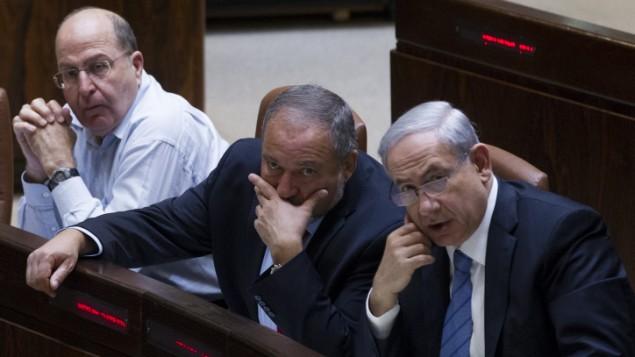 رئيس الوزراء بنيامين نتنياهو (إلى اليمين)، وزير الخارجية أفيغدور ليبرمان (وسط) ووزير الدفاع موشيه يعلون في الكنيست في 12 نوفمبر، 2014  Miriam Alster/FLASH90