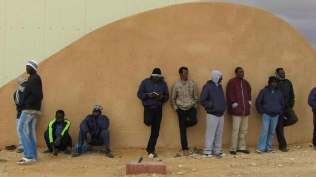 معتقلون عند مدخل حولوت (Nehama Shimnovic)