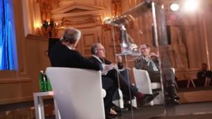 """المحامي الان ديرشوفيتس في جلسة في مؤتمر """"دعو شعبنا يعيش"""" السنوي الرابع (Courtesy/EJC)"""