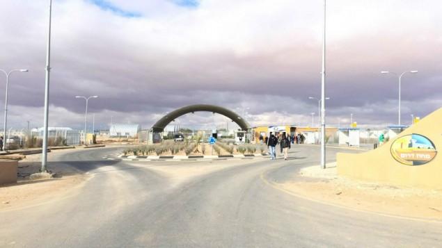 مدخل حولوت (Debra Kamin/Times of Israel)