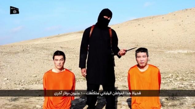 مقاتل الدولة الإسلامية ملثم يتحدث في شريط فيديو تطالب به الدولة الاسلامية  200 مليون دولار لإطلاق سراح اثنين من المواطنين اليابانيين (يوتوب)