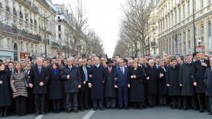 الصورة الاصلية الصادرة عن مكتب الاعلام الحكومي، تظهر الرئيس الفرنسي فرانسوا هولاند محاط بقادة دوليين خلال مسيرة في باريس في 11 يانير 2015.