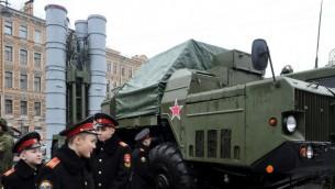 جنود بجانب نظام صواريخ اس-300 الروسي خلال معرض عسكري في سانت بطرسبرغ، 20 فبراير 2015 (AFP/OLGA MALTSEVA)