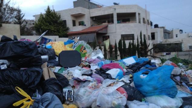 جبل من القمامة في راس شحادة، حي مقدسي يقع خارج الجدار، 26 يناير 2015 (Elhanan Miller/Times of Israel)