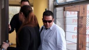 ميني نفتالي، مدير منزل نتنياهو سابقا يصل مركز وحدة الشرطة لجرائم الاحتيال وحدة لاهاف 443، في 4 فبراير 2015 (فلاش 90)
