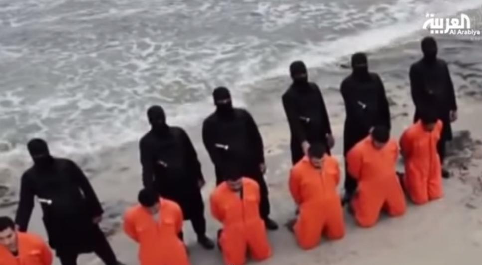 صورة من شاشة العربية من فيديو نشرته الدولة الاسلامية يظهر جلادو داعش يقطعون رؤوس 20 رجل من الاقباط في ليبيا, 15 فبراير 2015 -  يوتوب