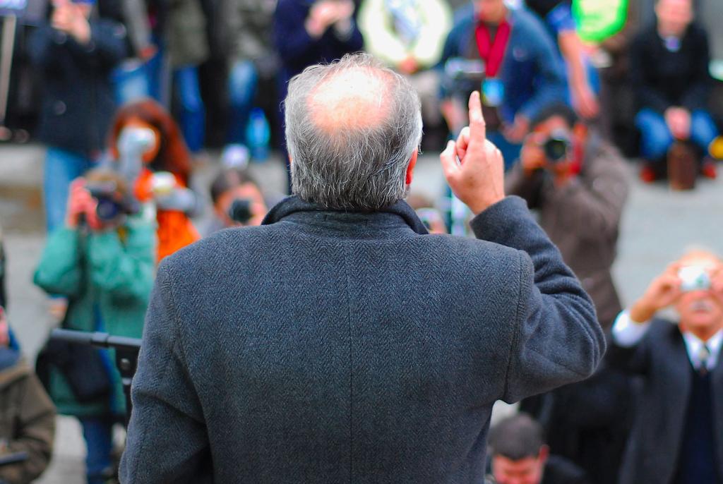 جورج غالاوي يخطب في مظاهرة في لندن عام 2007 (CC BY DavidMartynHunt, Flickr)