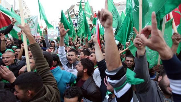 داعمون فلسطينيون لحركة حماس في مظاهرة للذكرى ال25 لاقامة حركة حماس في رام الله، 14 ديسمبر 2012 (Issam Rimawi/Flash90)
