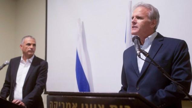 السفير السابق للولايات المتحدة ميخائيل أورن يعلن انه سوف يترشح للكنيست مع حزب كولانو لموشيه كحلون، 24 ديسمبر 2014 (Ben Kelmer/Flash90)