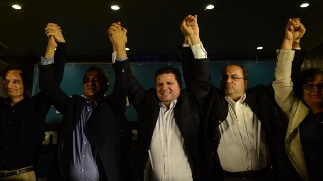 أيمن عودة (في الوسط)، رئيس القائمة (العربية) المشتركة، مع أعضاء في الحزب في مقر الحزب في مدينة الناصرة شمال إسرائيل خلال إعلان نتائج استطلاعات الرأي  في الإنتخابات التشريعية الإسرائيلية للكنيست ال20، 17 مارس، 2015. (Basel Awidat/Flash90)