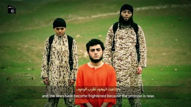 صورة شاشة لمحمد سعيد إسماعيل مسلم، عربي من القدس الشرقية المحتجز على يد الدولة الإسلامية بتهمة التجسس للموساد، تم اعدامه على يد الطفل في الصور في نهاية الفيديو الذي نشرته الدولة الاسلامية 10 مارس 2015