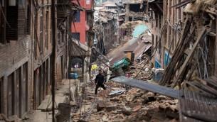 الحطام في سوارع نيبال بعد الزلزال المدمر، 28 ابريل 2015 (MENAHEM KAHANA / AFP)