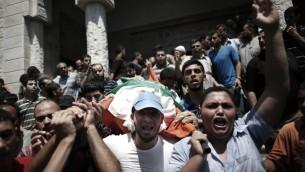 تشييع جثمان وداد الضيف، 27، زوجة قائد الجناح العسكري لحركة حماس محمد الصيف، في مخيم جباليا شمال قطاع غزة، 20 اغسطس 2014 (AFP/Thomas Coex)