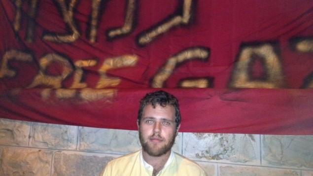 الناشط الكندي ايزاك كيتس روز يتظاهر في القدس، 29 ابريل 2015 (Elhanan Miller/Times of Israel)