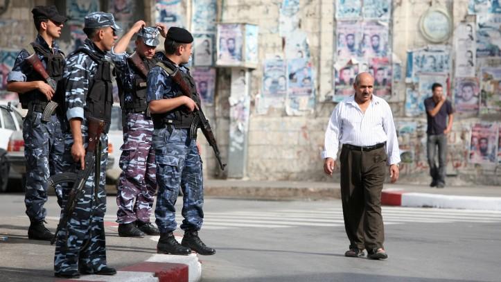 عناصر الشرطة الفلسطينية بالقرب من السوق القديم في مدينة نابلس، نوفمبر 2007 (Maya Levin / Flash90)