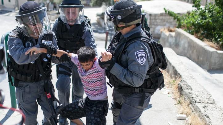 الشرطة الإسرائيلية تعتقل طفلا فلسطينيا خلال مظاهرات في العيساوية في القدس الشرقية، 15 مايو 2012 (Noam Moskowitz /Flash90)